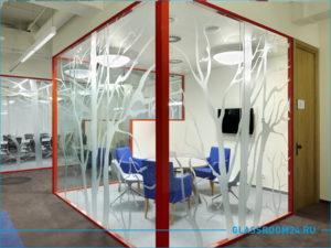 Красная стеклянная перегородка в офис