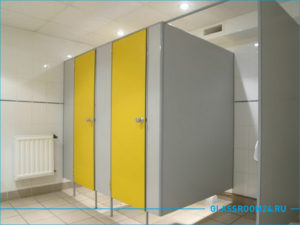 Туалетные кабинки с желтыми дверями