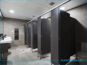 Черные стильные кабинки в общественном туалете