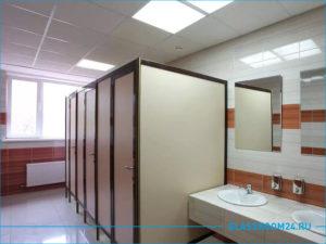 Красивые сантехнические перегородки в офисном туалете