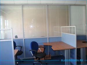 Синие мобильные перегородки со стеклом для офиса