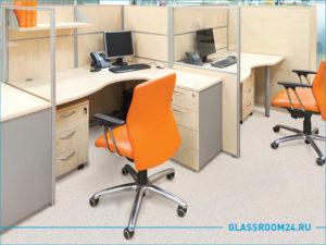 Рабочее место с мобильной перегородкой и оранжевым офисным стулом