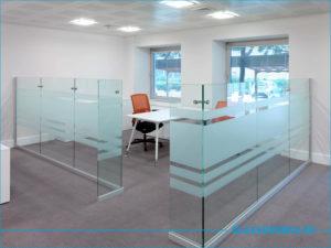 Небольшой кабинет из стеклянной перегородки
