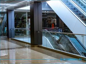 Стеклянное ограждения балкона атриума в торговом центре