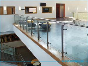 Ограждение на балкона из стекла с перилами