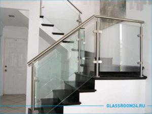 Стеклянные перила на лестницу с алюминиевыми ригелями