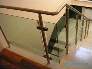 Лестница со стеклянными вставками в виде защиты