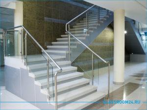 Фото лестницы на второй этаж со стеклянными перилами