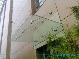 Стеклянный козырек с ригелями над входом в здание