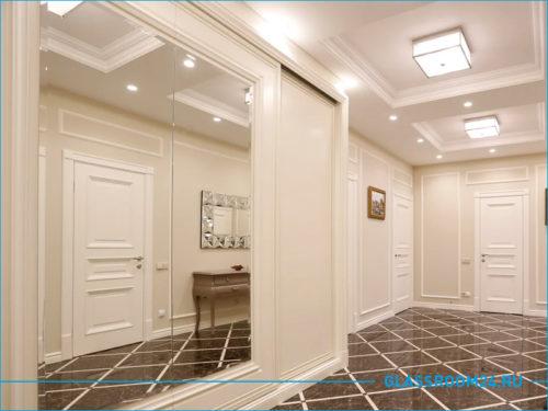 Большое зеркало в коридоре квартиры