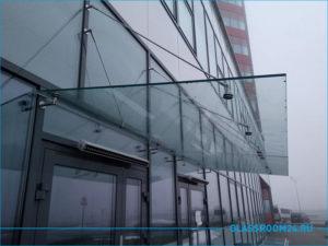 Стеклянный козырек на фасаде здания из стекла