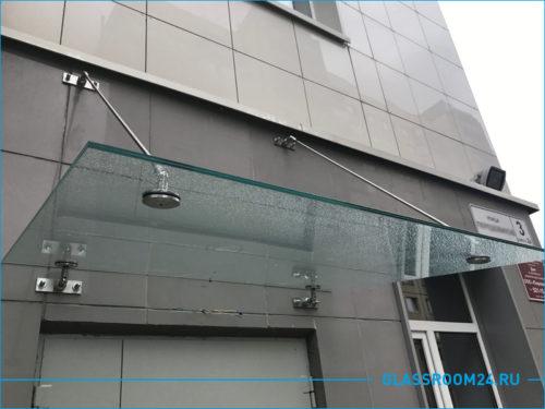 Стеклянный козырек на фасаде здания