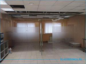Стеклянная перегородка в офис с элементами матового стекла
