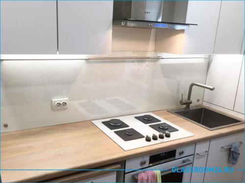 Чисто белый стеклянный фартук на кухне