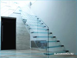 Лестница в частном доме с перилами из стекла