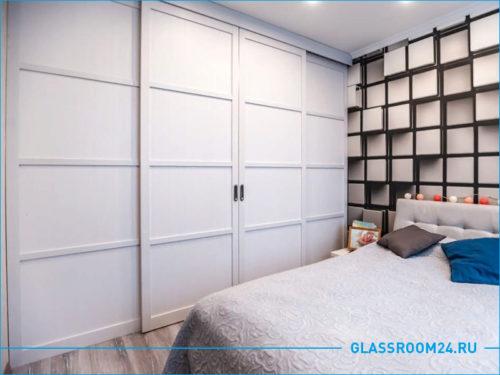 Белая раздвижная перегородка в спальне