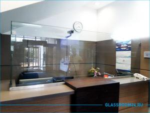 Стеклянный экран на стойке администратора в гостинице