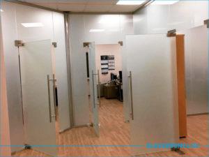 Четыре стеклянные матовые двери в офисе