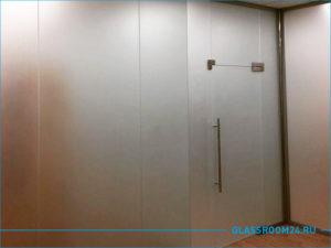 Распашная стеклянная дверь с перегородкой