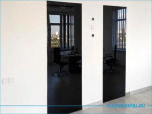 Две черные двери в кабинете директора