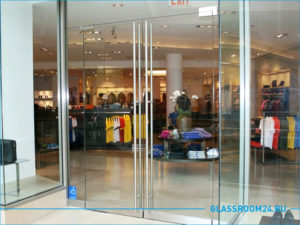 Большая распашная дверь из стекла в магазин