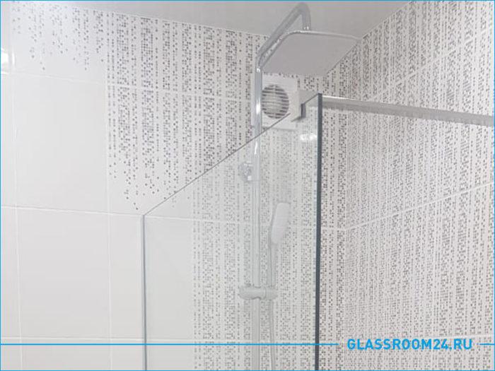 Стеклянный экран в ванную комнату