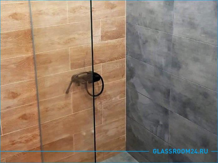 Стеклянный экран для душа в ванной