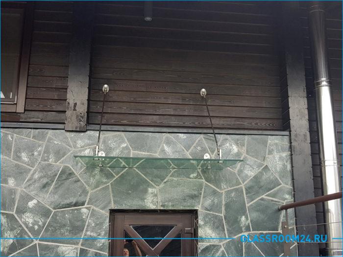 Стеклянный козырек над входной дверью частного дома